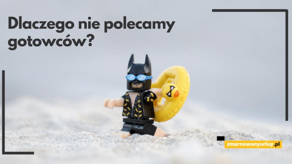 o tym dlaczego nie polceamy gotowych wzorów reklamacji nieudanych wakacji znalezionych w internecie opowiadamy z lekkim przymrożeniem oka dlatego obrazek jest nieco zabawowy ludzik lego w przebraniu batmana spacerujący po plaży