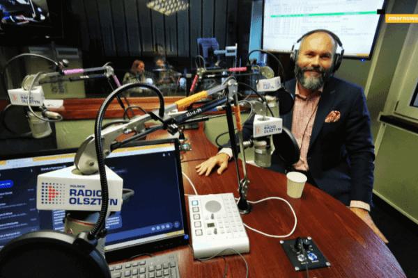 zdjęcie radcy prawnego Bartosza Kempy w studiu realizatorskim radia Olsztyn